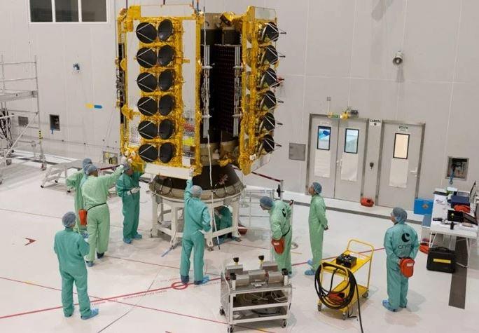 O mais novo projeto de Elon Musk: lançar 700 satélites para acesso à internet